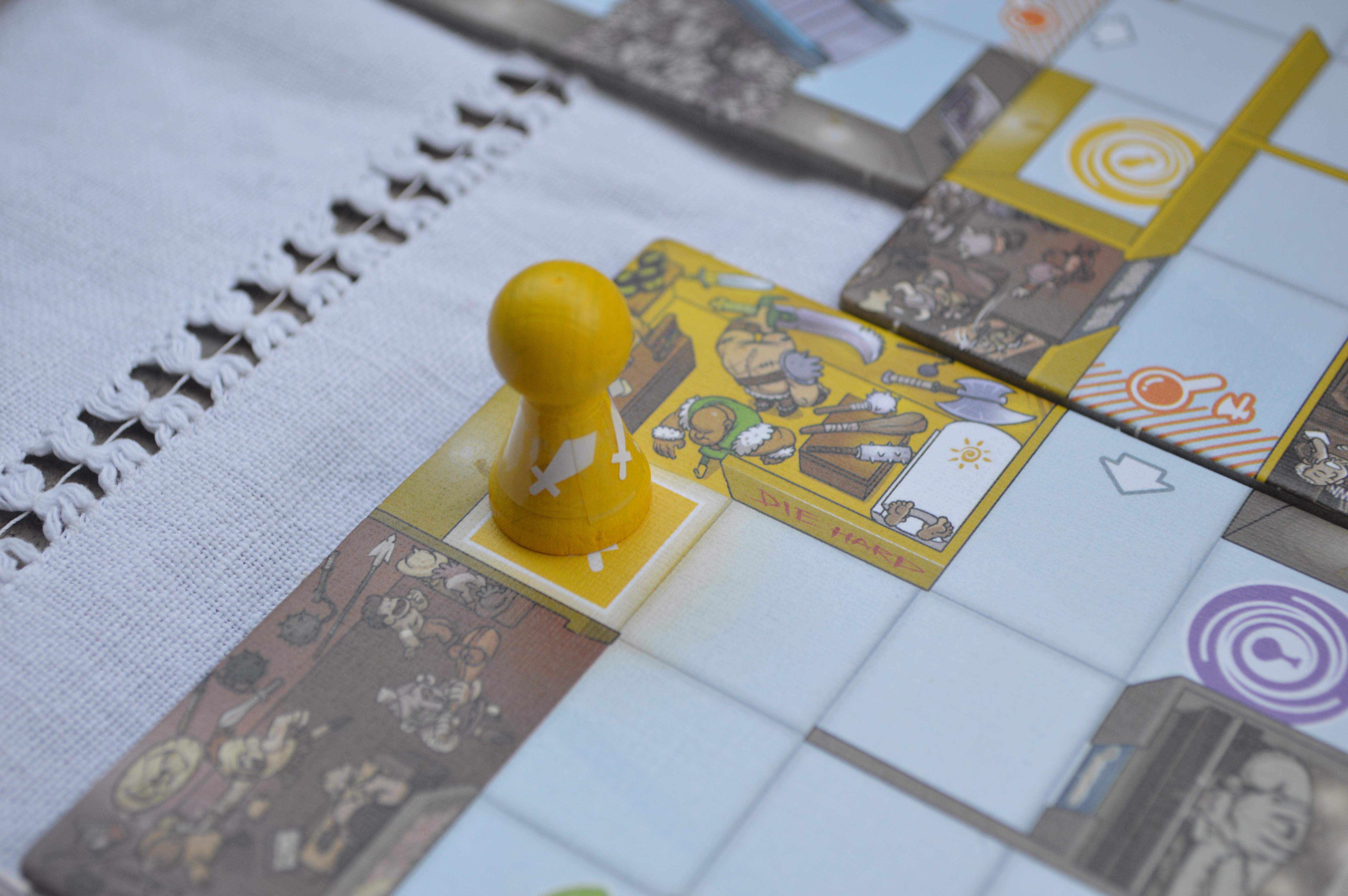 Magic Maze est un jeu avec du matériel de qualité : pions en bois et tuiles en carton épais