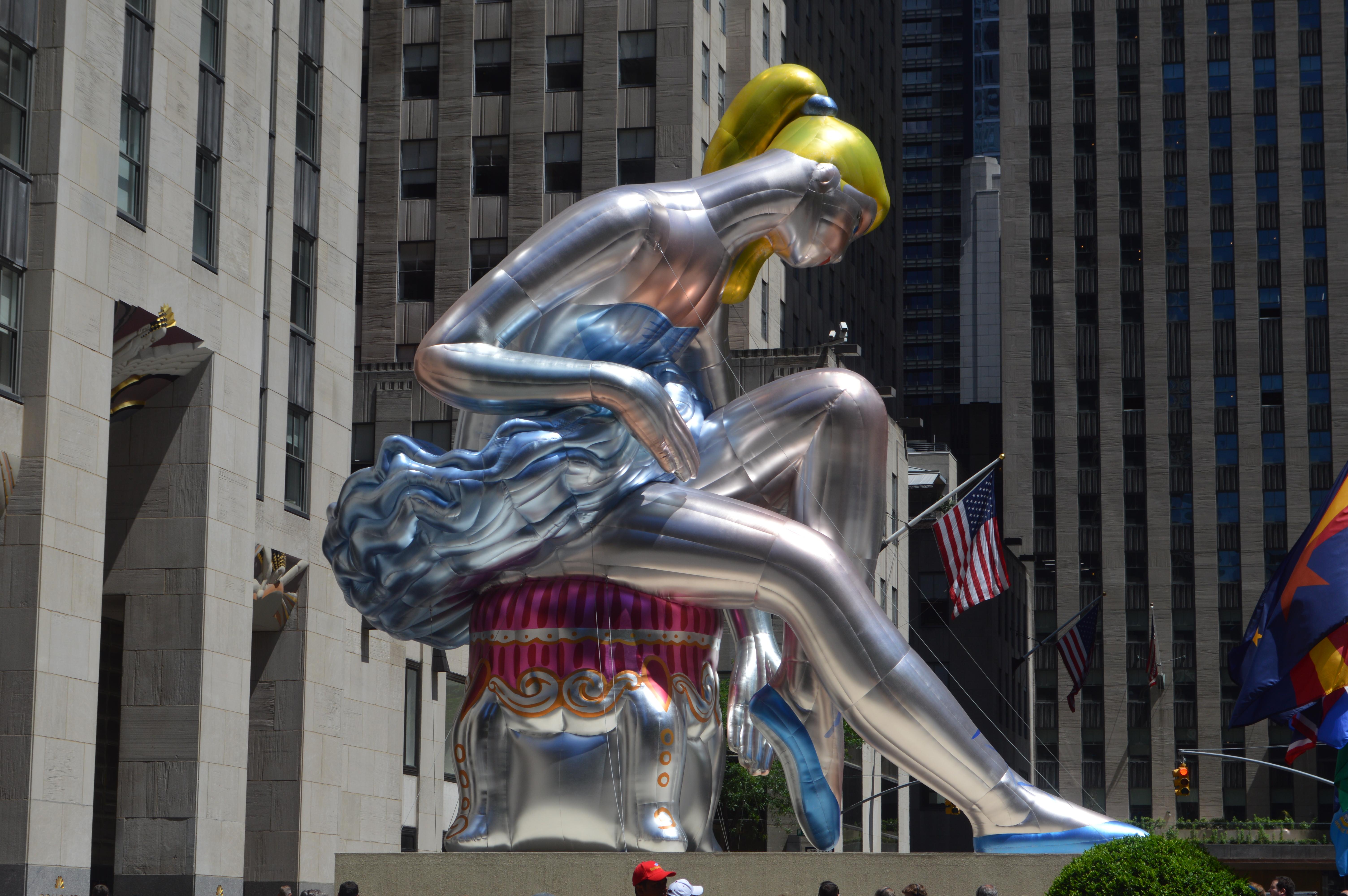 New York en 4 jours : la danseuse assise de Jeff Koons sur la place du Rockfeller Center