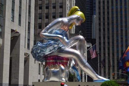 New York en 4 jours : la danseuse assise de Jeff Koons sur la place du Rockfeller Center