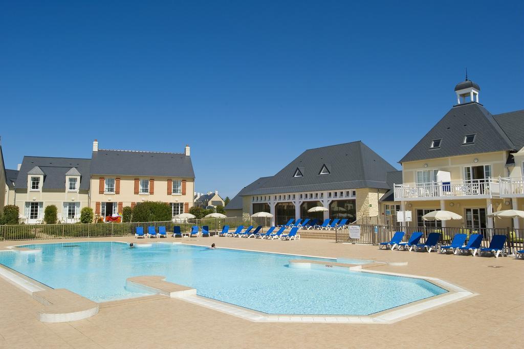 Pierre-et-Vacances-port-en-bessin-piscine