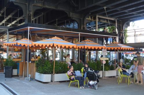 Visiter New York en famille - Terrasse en bas de la High Line